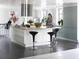 Gulvet markerer at kjøkkenet er en egen sone.