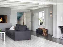 Gulvet i stuen harmonerer fint med flisene i kjøkkendelen.