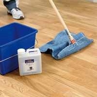 Når rommet er ryddet er det klart for å rense gulvet. La det tørke noen timer før neste steg.