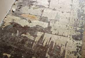 Noen ganger sitter gamle skumrester og belegget som støpt. Da trengs det spesialmaskin til for å få restene fjernet.