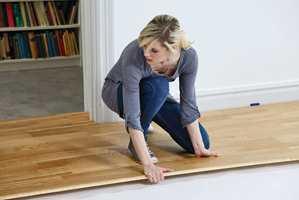 <b>GULVTID:</b> Nå er tiden for å legge nytt gulv. Og med dagens system kan du legge det fort. (Foto: Tarkett)