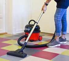 <b>TØRT:</b> Støvsuger eller tørrmopp er best egnet til å holde gulvet rent. (Foto: Mari Rosenberg/ifi.no)