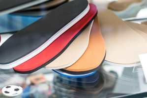<b>TIL FØTTENE:</b> Historien startet med at Nora Systems produserte gummisåler til sko. (Foto: Kristian Owren/ifi.no)