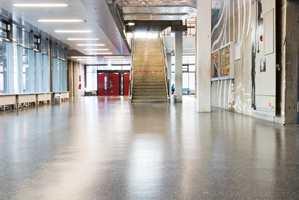 <b>SKOLEDAGEN:</b> I den tyske byen Mannheim ligger skolen «Integrierte Gesamtschule Mannheim-Herzogenried».  leverte Nora Systems gulv for over 40 år siden. I dag har de lagt nye 15000 kvadratmeter med gummifliser. (Foto: Kristian Owren/ifi.no)
