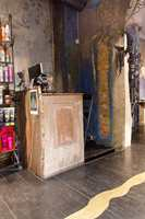 KtoM-salongen er inspirert av Neal's Yard, en fargerik bakgate i London. Det mørke gulvet gir resepsjonsarealet et tøft uttrykk, som brytes opp av det lyse innslaget.