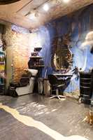 I KtoM-salongen har kunstner He Marli og designer Arnt Wåberg stått for mye av utsmykkingen. Inspirert av en gammel norsk isoleringsmetode, er det blant annet murt inn hår i veggene.