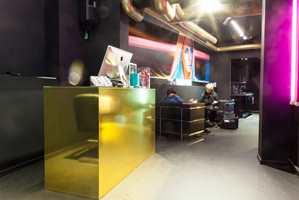 Med sortmalte vegger, gulv og tak, og detaljer i neonfarger, tiltrekker salongen i Munkegata seg en yngre kundeskare. Her kommer de som vil ha kreative innspill til hårklippen.