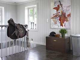 Trappeløpet ned til kjelleren er stramt og tøft med sprosser i metall og håndløper i malt tre, samme farge som trinnene.