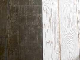 Gulvet i kjøkkensonen er flislagt og flukter med eikegulvet i stiedelen. Dette er en elegant og effektfull måte å markere overgangen mellom sonene.