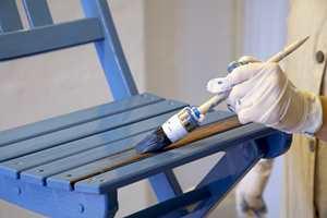 Maler du en benk eller stol med mange kroker, bør du bruke rund eller oval pensel, eller en skråpensel som kommer til i vinklene.
