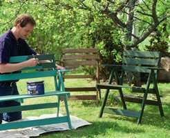 Trykkimpregnerte utemøbler bør males eller oljes for at de skal vare lenger. <br/><a href='https://www.ifi.no//nytt-liv-til-hagemoblene'>Klikk her for å åpne artikkelen: Nytt liv til hagemøblene</a>