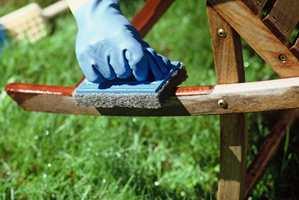 Bruk en skrubbesvamp til å påføre oljen.