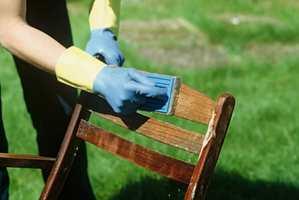 Behandlingen renser teaken, og gir den gløden tilbake. Siden det er snakk om kraftige kjemikalier, må du bruke hansker under arbeidet.