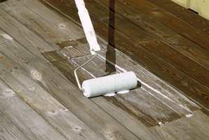 Når terrassen er tørket godt opp, påføres to strøk med olje. Oljen skal trekke ned i veden. Overskytende olje tørker du straks vekk med ei fille.