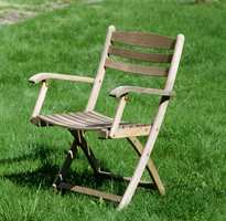 Møbler som har stått ute en stund får naturlig det grålige utseendet. Men det er mulig å farge nye møbler i samme farge også.