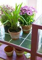 <b>FLISLAGT:</b> Topplatens fliser gjør den veldig praktisk, med tanke på fuktige blomsterpotter og vannsøl.