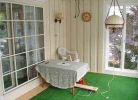 <b>UNDERVEIS:</b> Her har vinduene kommet på plass. Den gamle terrassedøren er i bruk, og åpnes mellom de to stuene.