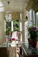 <b> NOSTALGISK SJARM:</b> Kurvmøbler, malt panel, keramiske fliser og en glasslampe med preget mønster i glasset er en sjarmerende kombinasjon. Lyset flommer inn fra store vinduer på tre kanter.