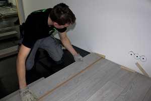 Om det nye gulvet du skal legge er av tre, eller delvis av tre, må du ta hensyn til at dette er et levende materiale.