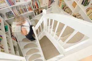 <b>HALVMÅNE:</b> Ferdige trappetrinn som limes eller festes med selvklebende tape er et godt alternativ som gjør ferdsel opp og ned tryggere. (Foto: Musum Interiør)