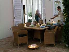 Kaféstemning i solnedgang med Hampsted og tilhørende rundt bord med Teak/Hularo