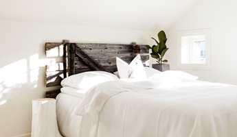 Seterdøren markerer sengen, i spennende kontrast til det hvite.