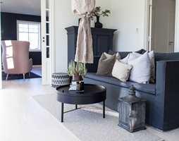 OMVENDT Her er de mørke fargene balansert ved at de tilstøtende stuene har omvendte farger, med lyse vegger mot mørke møbler, og mørke vegger mot lyse møbler. Lintøyskapet fikk samme, matte kalkmaling som naborommet, og det med utrolig lekkert resultat!