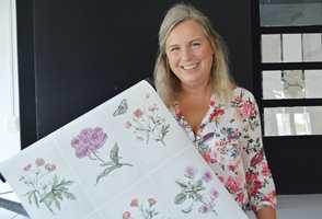 Designsjefen i Boråstapeter fant mormors herbarium. Det skulle inspirere til en ny kolleksjon naturskjønne blomstertapeter.
