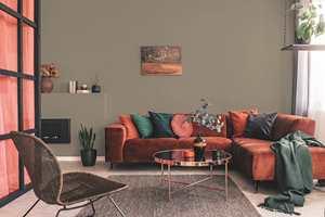 Veggene i stuen er malt i fargen Rakle, Årets farge 2021 fra Happy Homes.  Fargen er en allsidig basisfarge og passer fint sammen med grønt og gylne høstfarger.