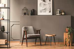 Fargen Rakle er brun med et grålig hint. Den egner seg godt som veggfarge i mange stilarter. Her i et retroinspirert miljø.