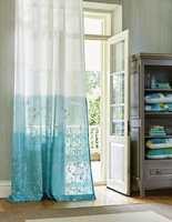 <b>SOMMER:</b> Mer lett og sommerlig enn broderte gardiner som vaier i vinden blir det vel ikke. Disse med graderte nyanser i turkis kommer fra Harlequin og Tapethuset. (Foto: Tapethuset)