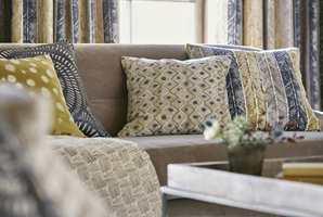 Tekstiler i alle varianter gir stua et personlig preg og en sofa du har lyst til å krype opp i. Her er tekstiler fra Tapethuset.