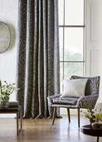 <b>HELHET:</b> Når veggfargen tas igjen i mønstret i gardinen skapes en fin helhet. (Foto: Tapethuset)
