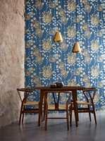 <b>LUFTIG:</b> Et litt abstrakt og luftig blomsterdryss mot blå bakgrunn fra Harlequin. Tapetet er hentet fra kolleksjonen Antozoa, føres av Tapethuset.