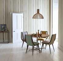 Uhøytidelig med lekne striper rundt frokostbordet. Harlequin Landscapes/Tapethuset.