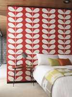 Rødt vil kunne gi mer energi, og kanskje mindre søvn. Tapethuset har design fra Orla Kiely.