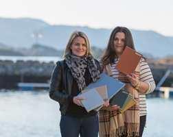 <b>FARGEDUO:</b> Agathe Teige Eiksund og Laila Lillehovde med et knippe av fargene de har hentet fra naturen på Sunnmøre. (Foto: Steffen Voldsund)