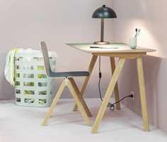 <b>DESIGNBRØDRE:</b> De franske designerbrødrene Ronan og Erwan Bouroullec har utformet serien Copenhague for Hay. Skrivebordsflatene i er kledd med møbellinoleum. (Foto: Hay)