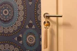 Mønstermiks og dype mettede farger: Rosettmønsteret gjentas i spisestuen, på badet og toalettet. Basisfargen i hovedrommene er lys, og de dype mettede tonene hentet fra tapetet er med å skape en harmonisk helhet som er hennes egen.