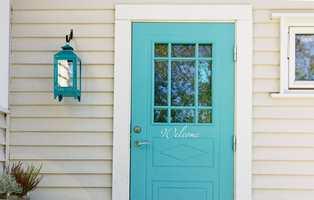 Med en farge på døren som skiller seg fra den øvrige fasaden, får gjestene til huset en fargerik velkomst. Du kan langt på vei velge blant alle regnbuens farger, men noen begrensinger er det – spesielt innen gule og røde fargevarianter.