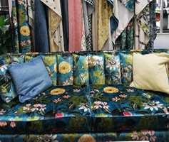 <b>VELUR:</b> Ensfarget velur, i syntetiske og naturfiber, har toppet tekstillistene i lengre tid. Nå presser mønstrene seg fram, det er vanskelig å motstå et sitt i denne sofaen.