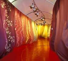 Finurlig tekstilpresentasjon i en vindtunnel. Her går man gjennom nyhetene i fargegrupperinger som går over i hverandre.