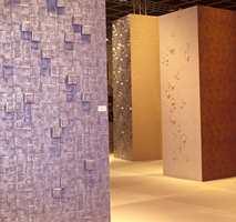 Fra tapetvisningen i Wall & Decor hvor mange europeiske tapetprodusenter viste sine nyheter. Også på tapet finnes det nå mange typer overflater - som den metalliske i forgrunnen i geometrisk mønster.