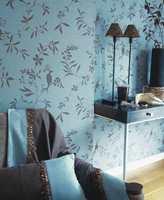 En tapetkolleksjon fra franske Text Decor og den norske leverandør Borge; her i ny turkis farge, men med gamle mønster fra flora og en påfugl.