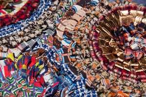 Craft Industry: Metall i kombinasjon med tradisjonelle folklorefarger.