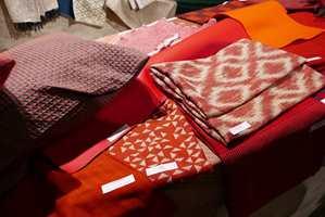 <b>TRADISJON:</b> I bunken av tekstiler er mye inspirert av eldre veveteknikker. (Foto: Bjørg Owren/ifi.no)
