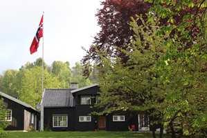 <b>HEISER FLAGGET:</b> Flagget skal heises på 17. mai. Da er det viktig at flaggstangen tar seg godt ut. (Foto: Harald Sola Berentsen/ifi.no)