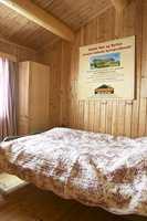 Et nøytralt og kjedelig soverom der dobbeltsengen tar all plassen i rommet.
