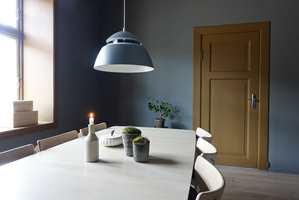 <b>AVSTEMT</b> Kjøkkendør og vindu i fargen Praline, veggene i Elephant Skin. (Foto: HanaStyle)