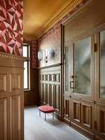 <b>ENTRÉ </b> Panelet i entréen er malt med Licetto i fargen Praline og tåler en trøkk. (Foto: Pure & Original Paint)